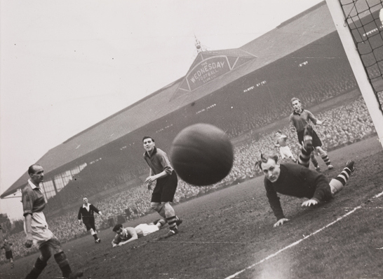 Un tiro verso la macchina fotografica  Manchester United vs Sheffield Wednesday, 1949, Bert Abell © Daily Herald / National Media Museum, Bradford / SSPL