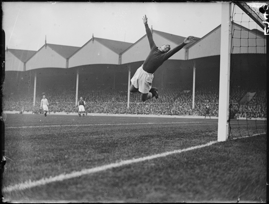 Il portiere del Manchester City  Frank Swift fa una parata contro l'Arsenal, 1934, George Woodbine © Daily Herald / National Media Museum, Bradford / SSPL